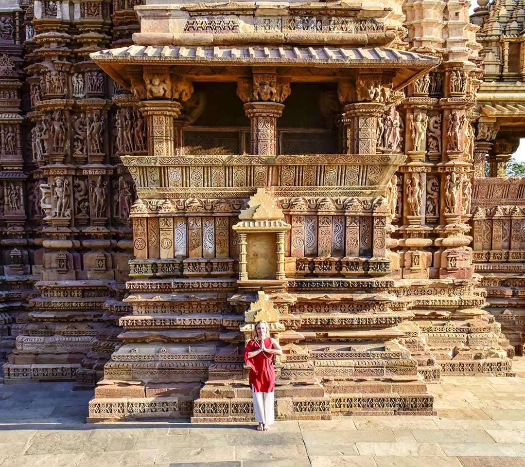 Teresa Sintoni pratica in un antico tempio indiano